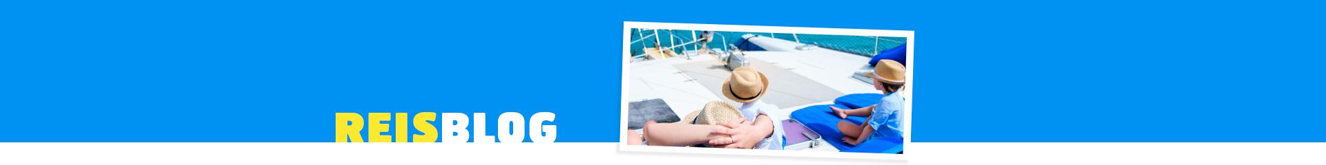 Gezin op een boot tijdens een kindvriendelijke vakantie