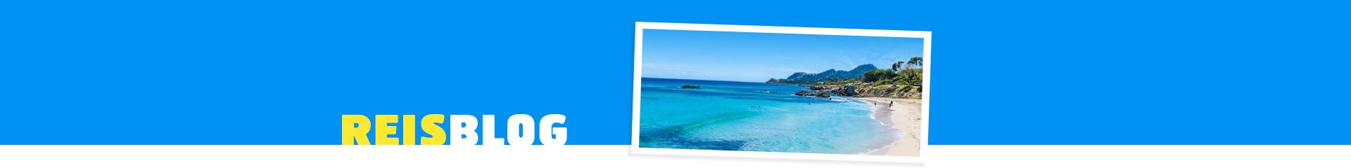 Helderblauwe zee aan de kust van Mallorca