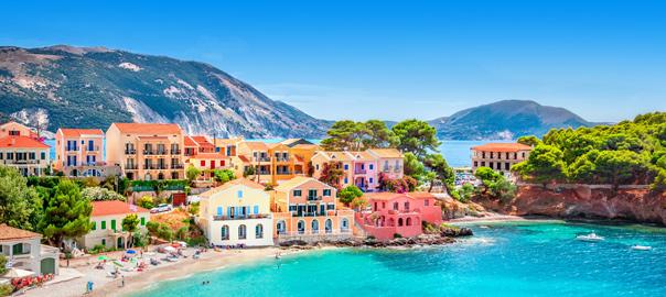 Kleurrijke huisjes aan de kust van Kefalonia in Griekenland