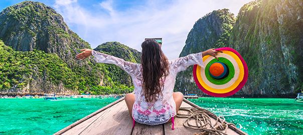 Meisje met hoed op bootje in een rivier in Azië