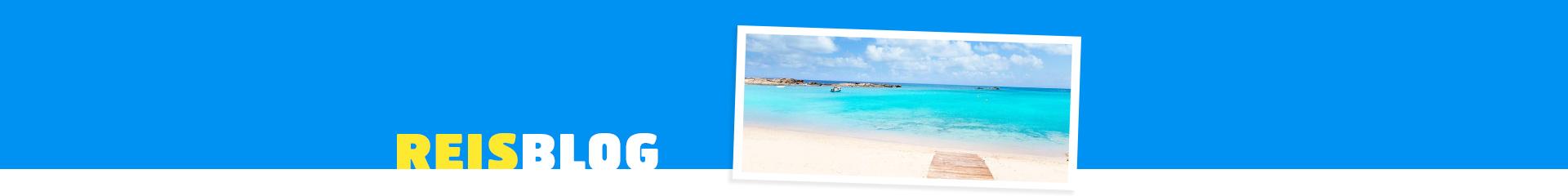 Prachtig wit strand met uitzicht op de azuurblauwe zee