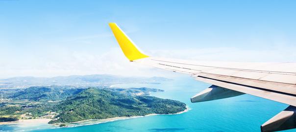 Vliegtuig vliegt boven de zee en vakantieland