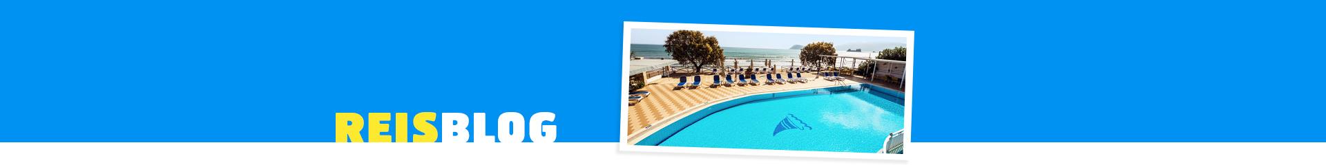 Een tophotel met zwembad, zonneterras en de zee op de achtergron in Griekenland