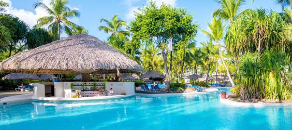 All inclusive resort met zwembad en palmbomen