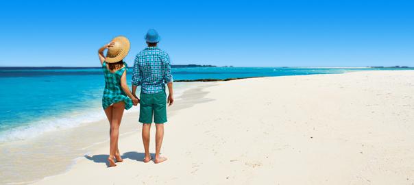 Stelletje hand in hand op het strand tijdens vakantie