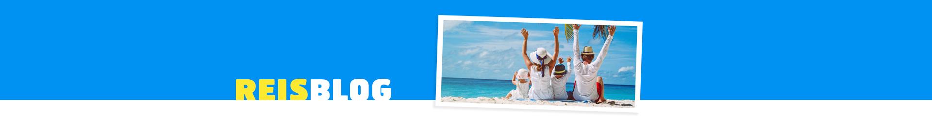 Gezin met handen in de lucht op het strand tijdens een verre vakantie