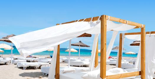 Luxe bali bedden op het strand bij een all in vakantie