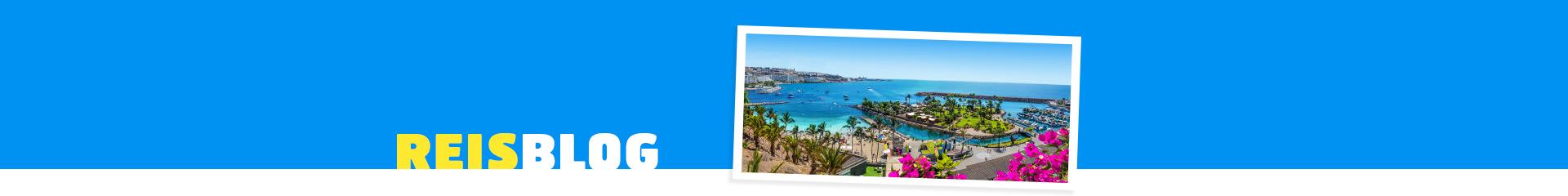 Uitzicht op een prachtige baai met helderblauwe zee op de Canarische Eilanden