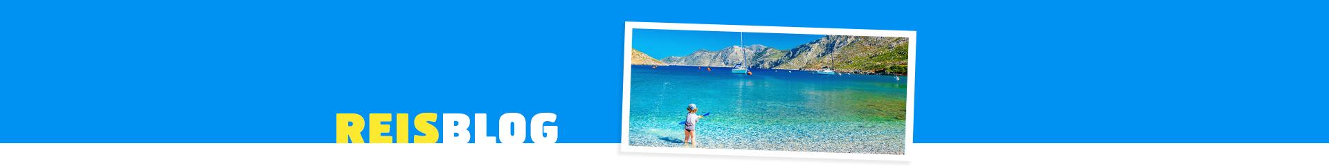 Foto van een kindje aan het spelen in de zee in Griekenland